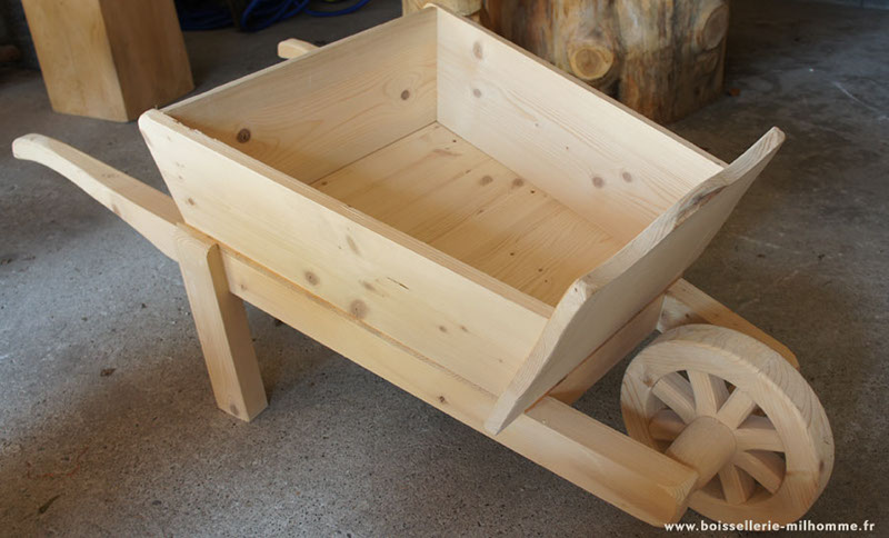 Fabriquer une brouette en bois - Deco de jardin en bois ...